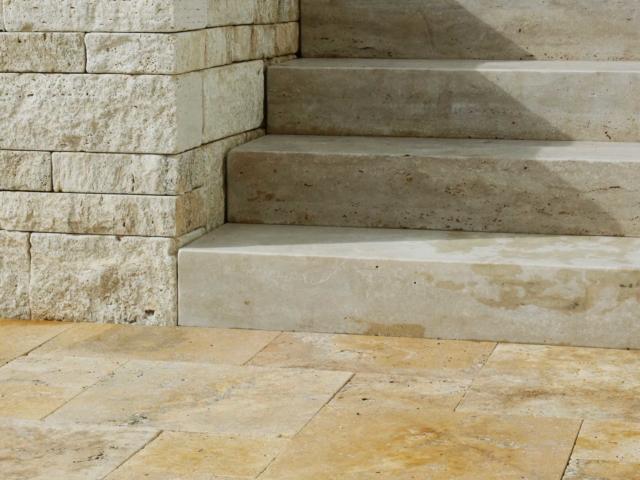 Blockstufen Travertin Cremo Medium Fine Line und Ordon Gold Terrassenplatten