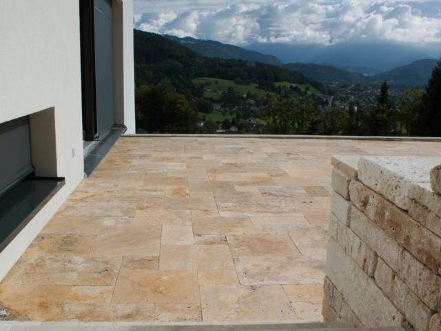 Travertin Ordon Gold Fine Line Terrassenplatten - und Cremo Medium Fine Line Systemmauer