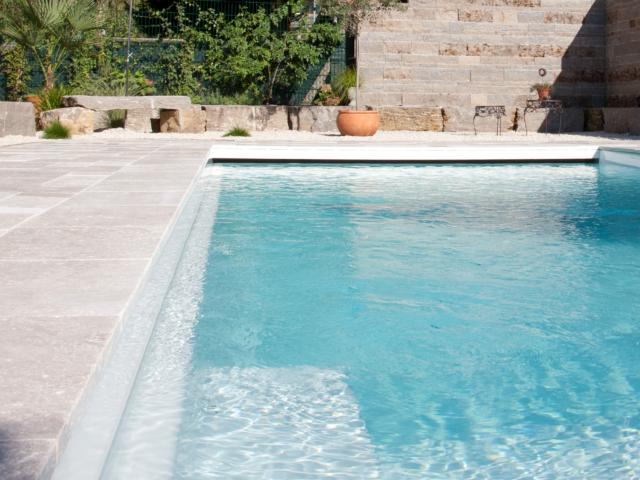 Travertin Cremo Medium Fine Line und Wagner´s Muschelkalk Systemmauerwerk und Sitzsteine